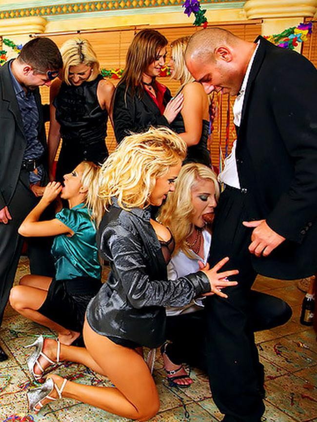 Пьяная и голая вечеринка в офисе