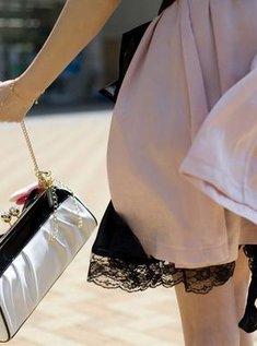 Красивая девушка показывает свою пизду под юбкой под летним зонтиком