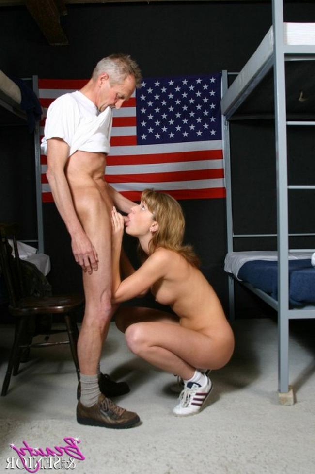 Похотливая сучка ебецца с военным