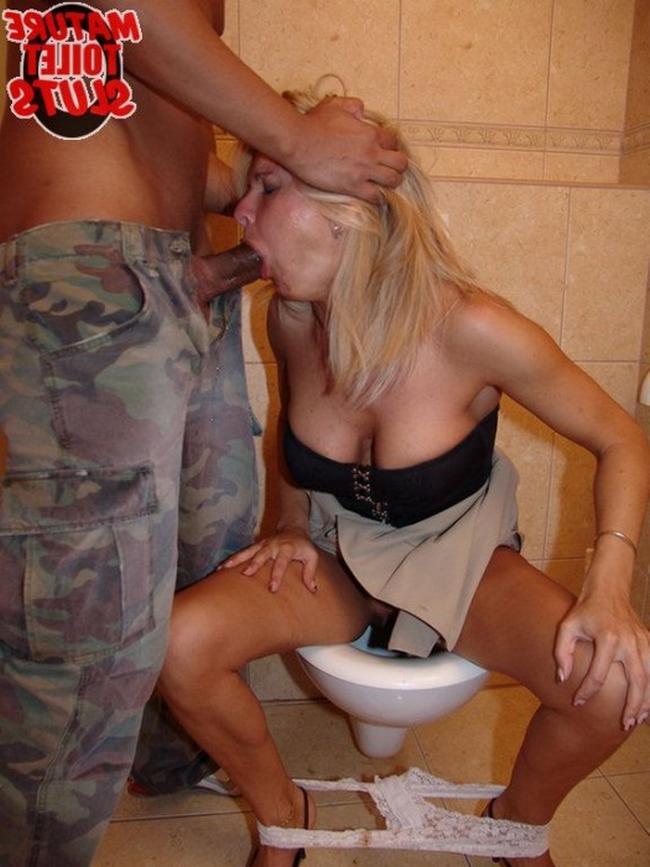 шлюхи в деревенском туалете