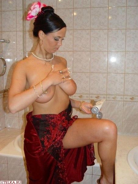 Красивая Лола смазывает тело кремом