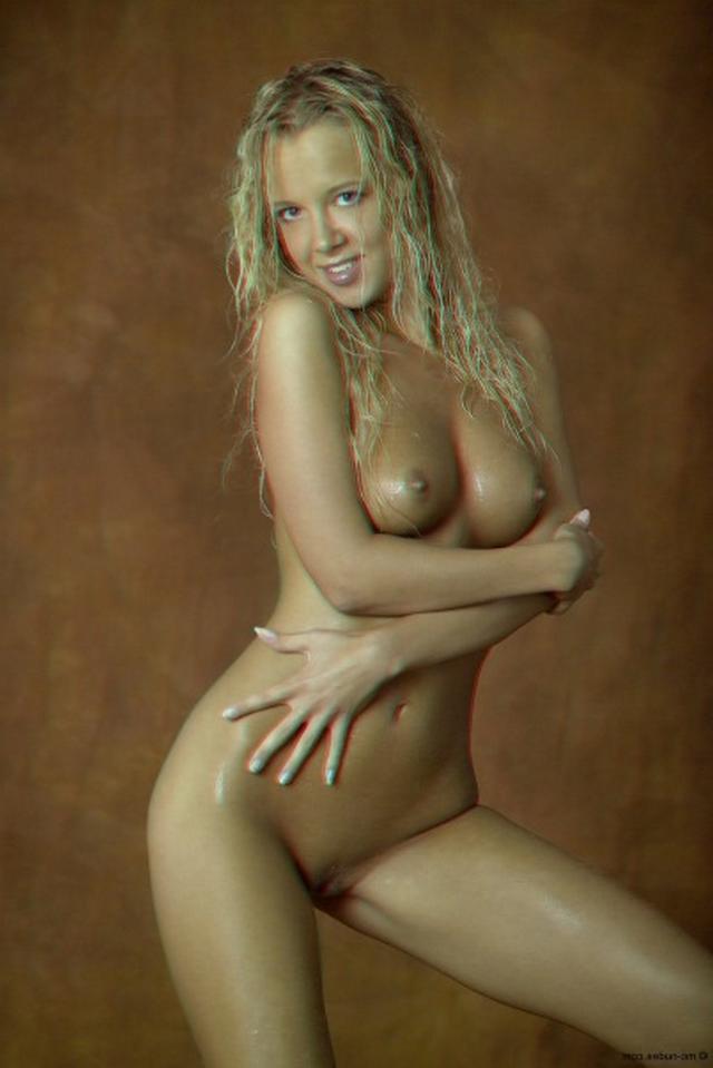 Сногсшибательная блондинка с мокрым телом