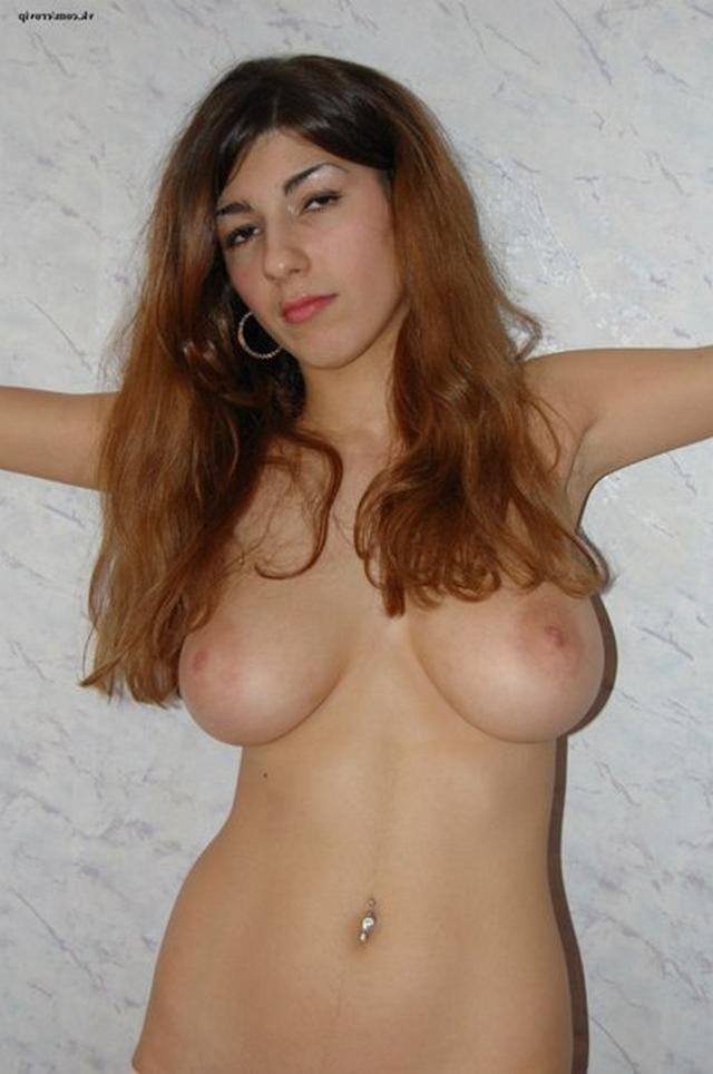 Симпатичная Алина оголила прелести