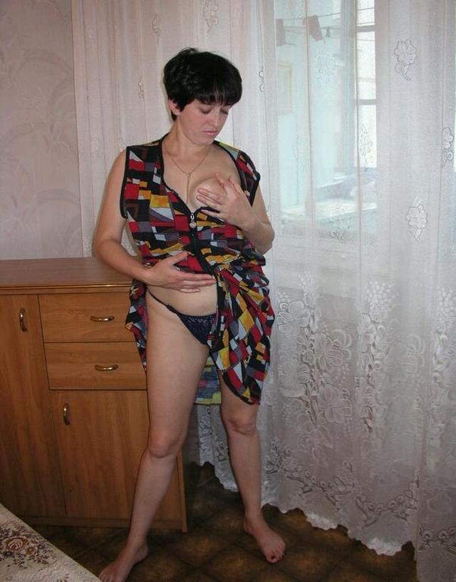 Сорокалетняя Ирина снимает свой халатик
