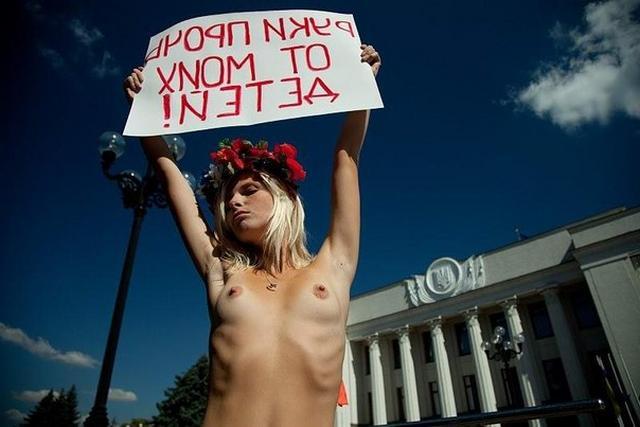 Активистки Фемен показывают свои обнаженные тела