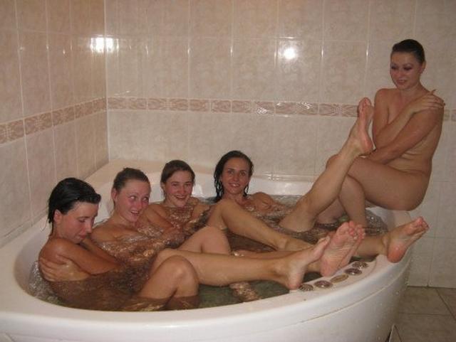Голые молодухи развлекаются в бане