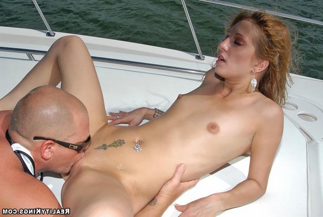 Подрюкалась на яхте с лысым парнем