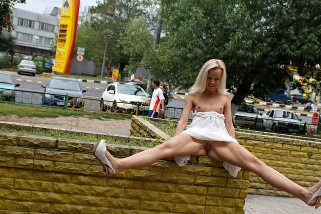 На улице худая блонда показывает прелести