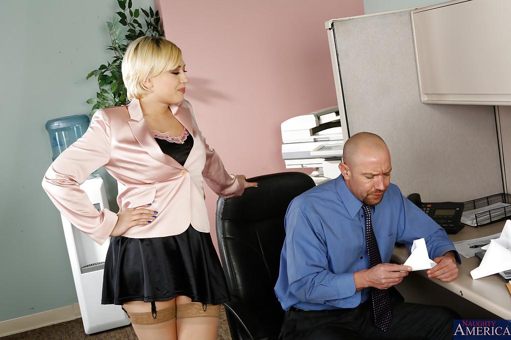 Начальник поимел секретаршу на своем рабочем месте