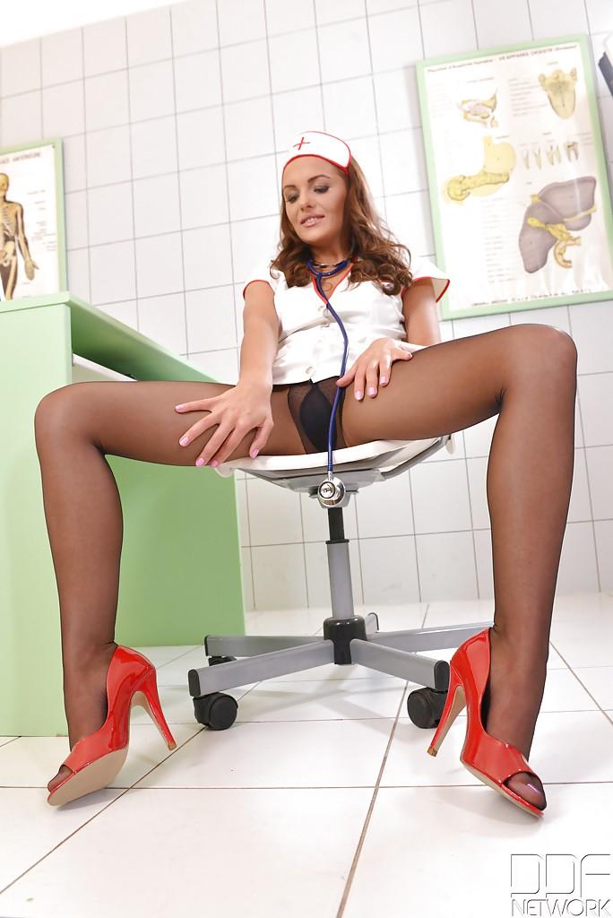 Медсестра ублажает себя секс игрушкой