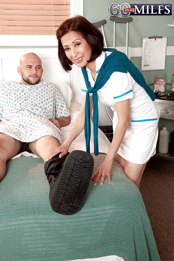 Азиатская медсестра не устояла перед большим пенисом