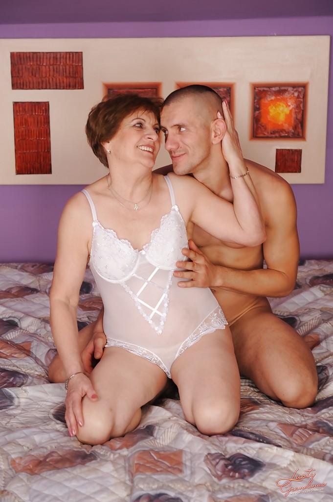 Бабуля и молодой любовник потрахались перед камерой