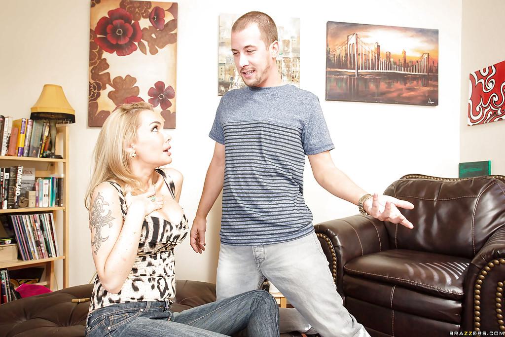 Блонда подставляет письку на кожаном диване