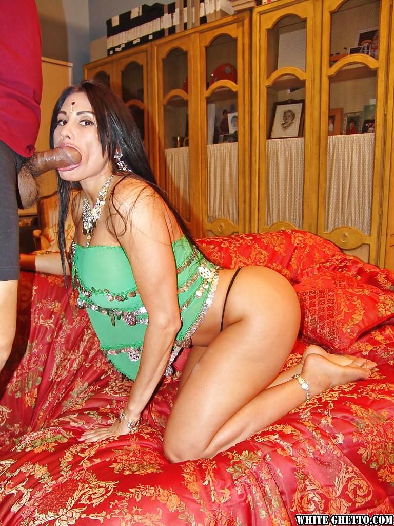 Индийская мамаша трахается с Раджой в жопу
