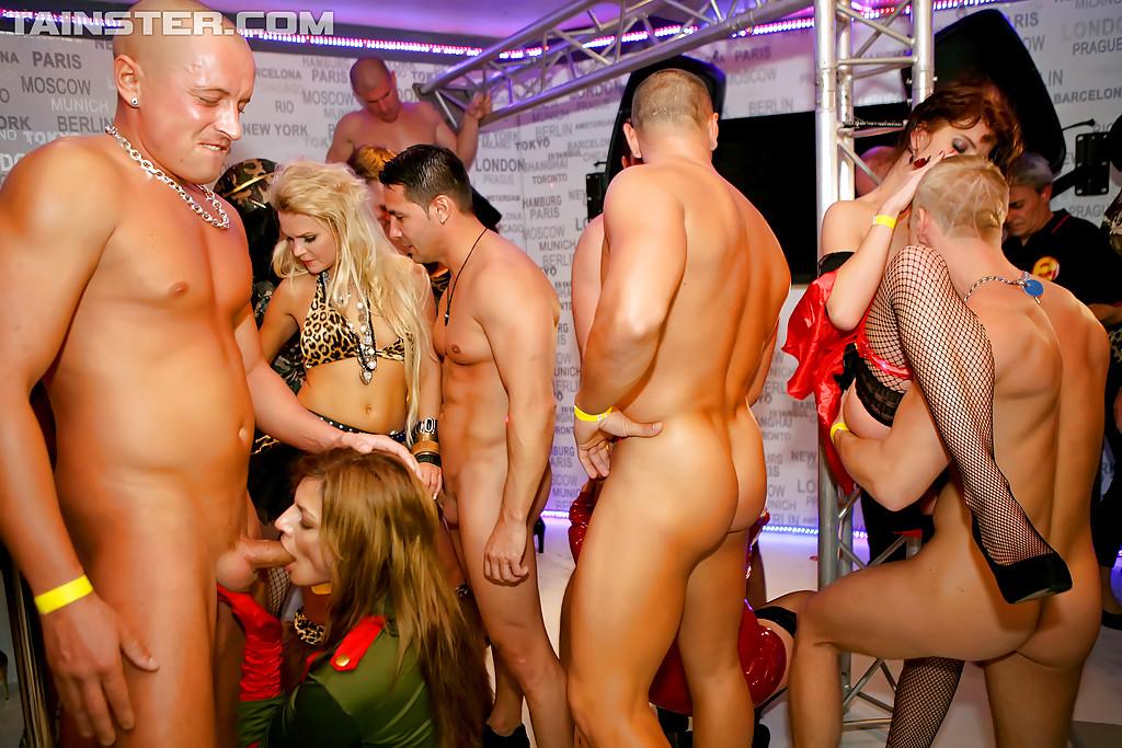 Секс вечеринка сосущих дам и озабоченных чуваков
