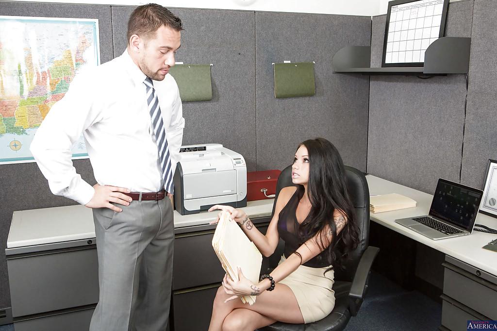 Бос отфритюрил секретаршу на ее рабочем месте