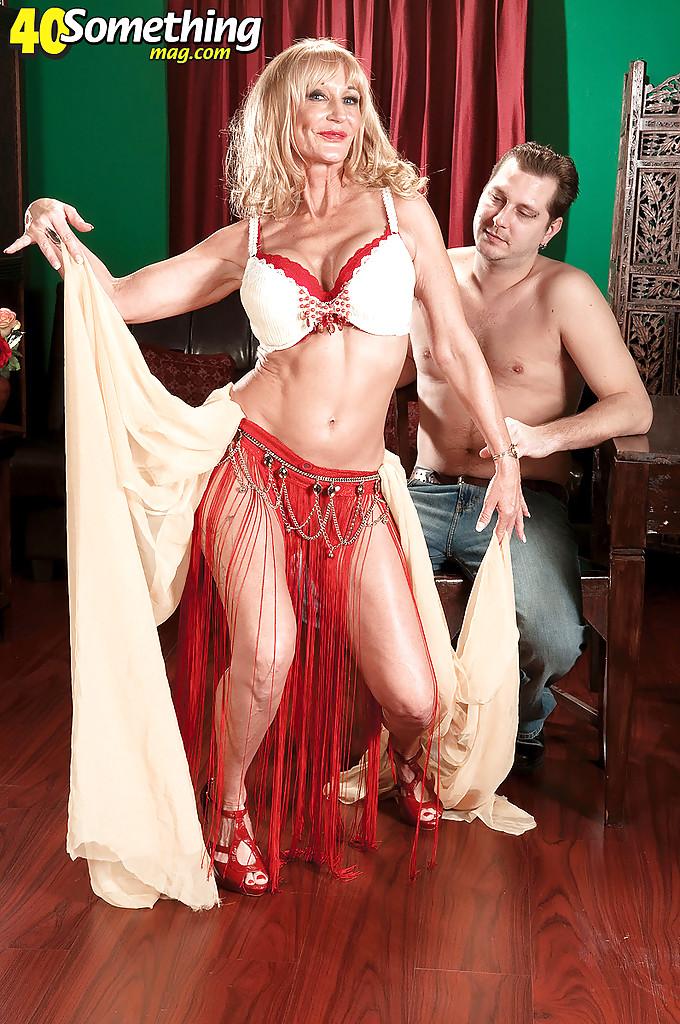 Зрелая танцовщица скачен на пенисе своего клиента