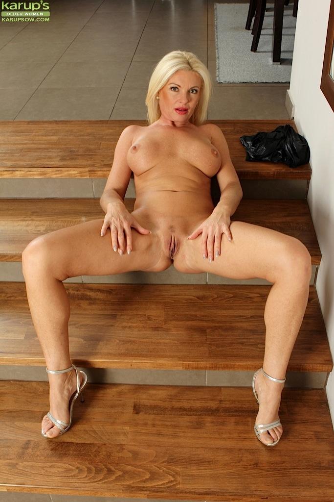 Зрелая мадам сверкает сочной киской но лестнице