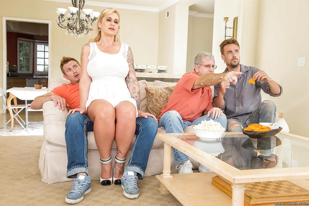 Грудастая мамаша трахнулась с другом мужа на кухне