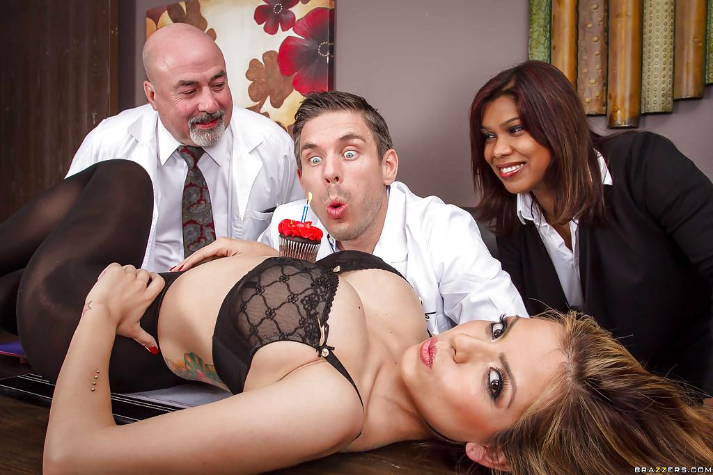 Медсестра делала доктору праздничный отсос