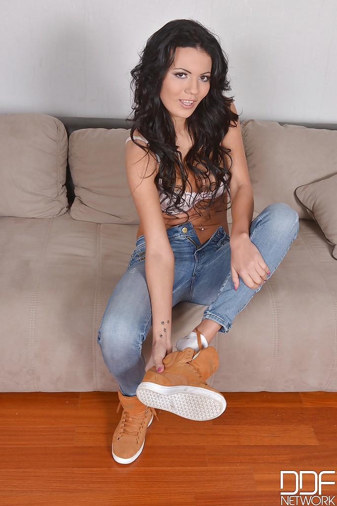 Vanessa Decker показывает татуированные ножки на диване