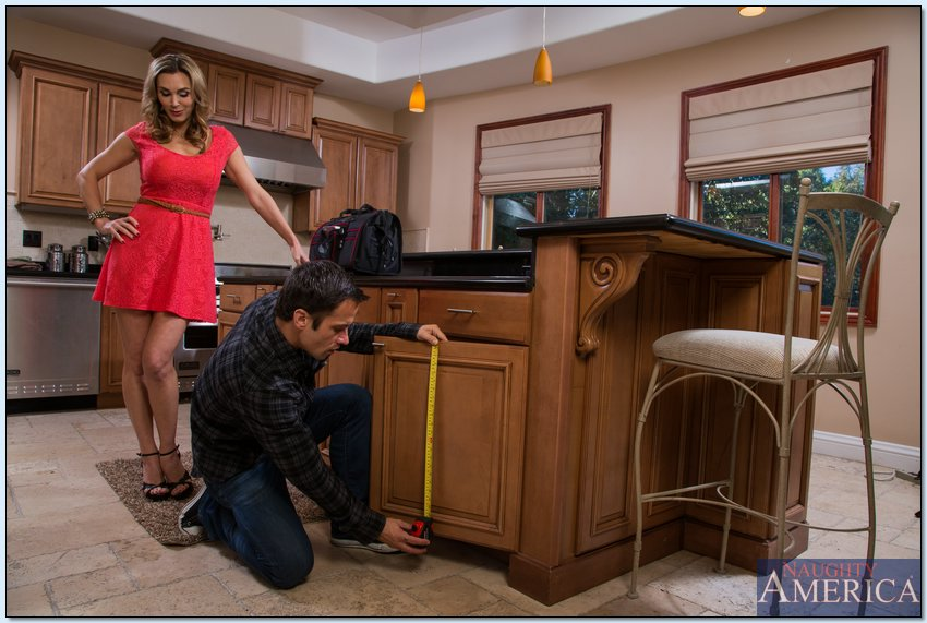 Грудастая домохозяйка соблазнила сантехника и отдалась ему на кухне