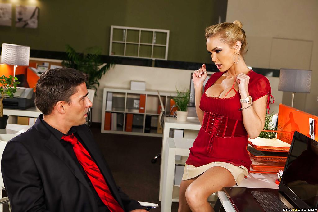 Секретарша соблазнила похотливого начальника на секс в офисе