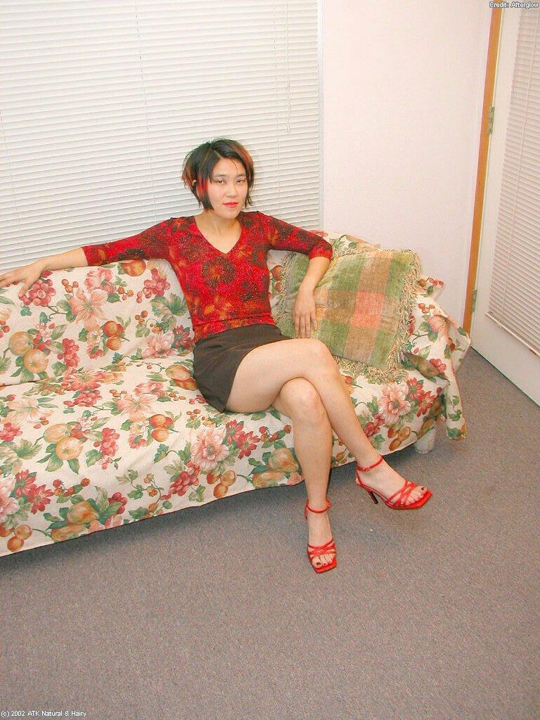 Азиатка сняла с себя нижнее белье