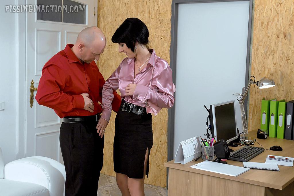 Босс трахнул писающих секретаршу и клиентку