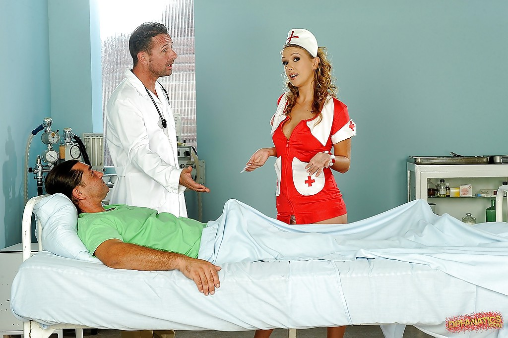 Доктор и пациент поимели безотказную медсестру в жопу и письку