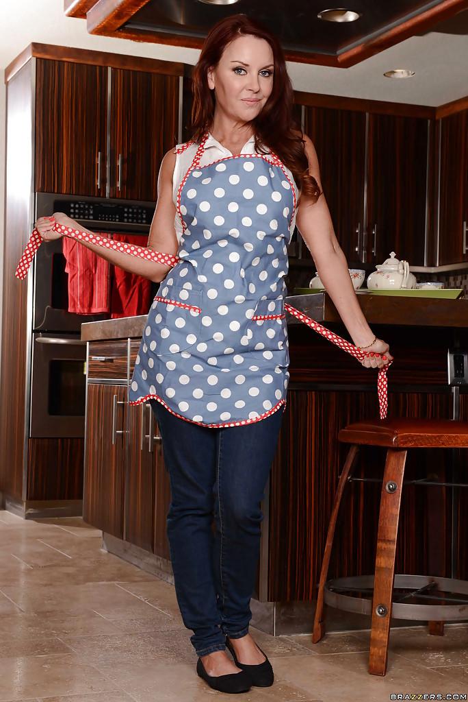 Janet Mason на кухонной тумбе показала стриптиз порно фото