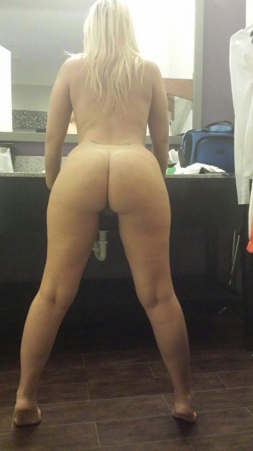 Красотки в разных позах демонстрируют голые жопы - порно фото