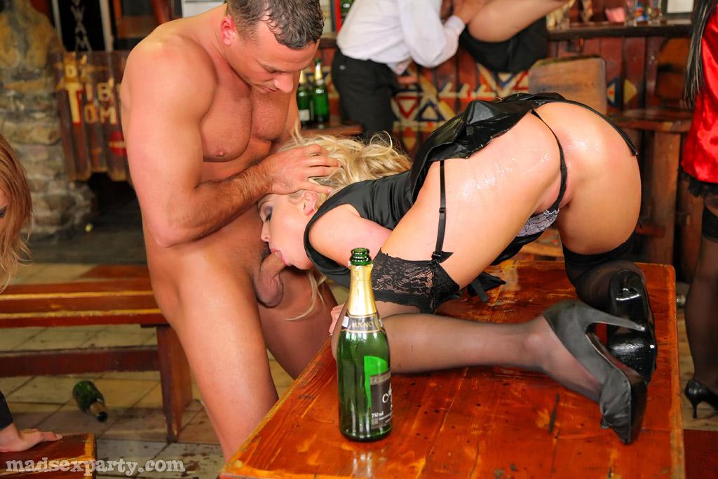 Пьяную блондинку двое трахнули в баре